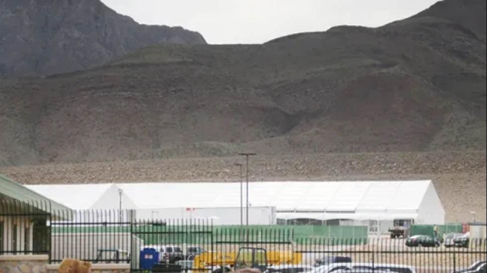 """Instalaciones fronterizas en EE.UU. sufren """"peligroso hacinamiento"""": DHS - Carpa para migrantes ilegales en El Paso. Foto de El Paso Times"""