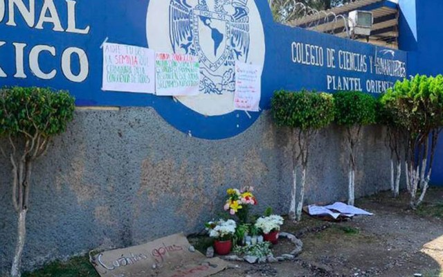Calibre 9 mm mató a alumna de CCH Oriente - Ofrenda a Aideé Mendoza afuera del CCH Oriente. Foto de El Sol de México