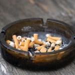 Colillas de cigarro contaminan más los océanos que los popotes - Cenicero con colillas de cigarro
