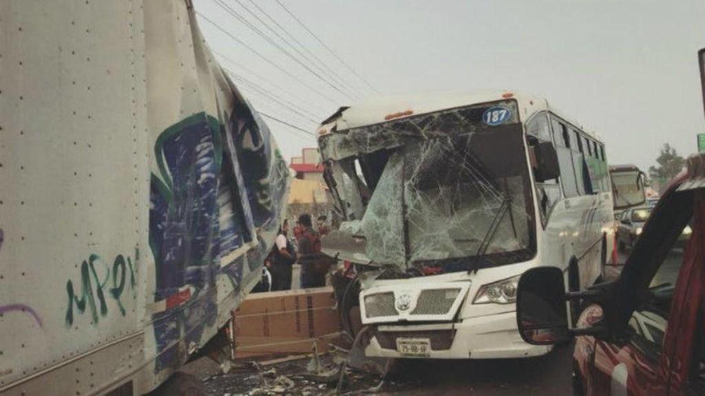 Choque de autobús y tráiler en la México-Querétaro deja 15 lesionados. Noticias en tiempo real