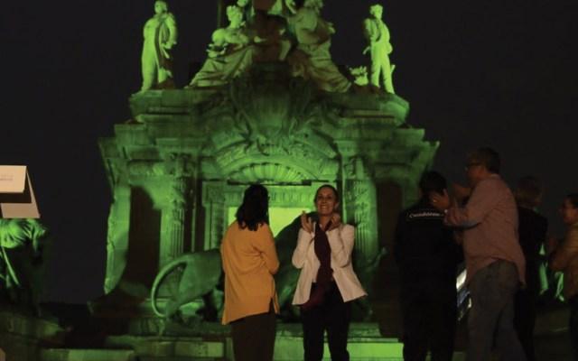 Iluminan el Ángel en conmemoración del Día Internacional de la Lucha Contra la Homofobia - Foto de Twitter Claudia Sheinbaum
