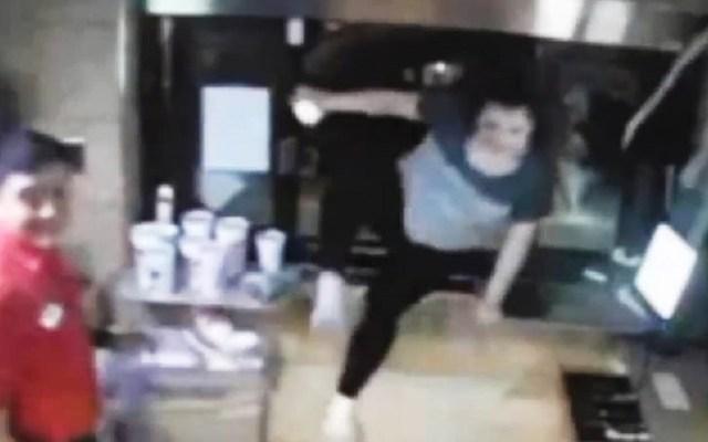#Video Saltan por ventana de restaurante para refugiarse de tornado - Clientes saltan a restaurante para refugiarse de tornado. Captura de pantalla