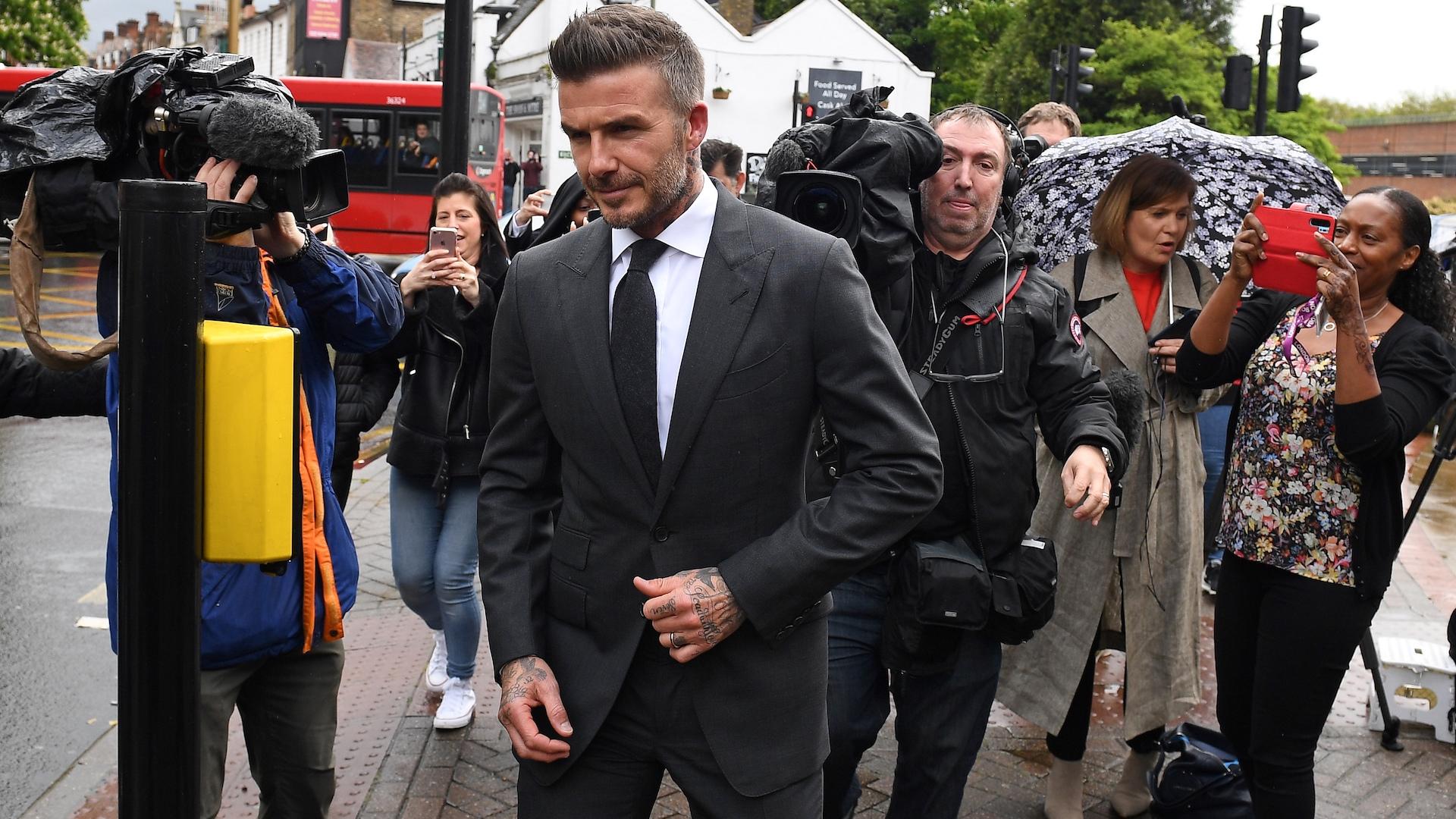 David Beckham se queda sin brevete por conducir usando el celular