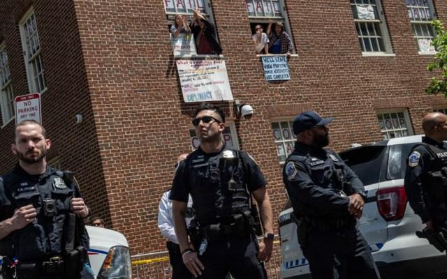 Policía desaloja a activistas de embajada de Venezuela en EE.UU. - embajada venezuela washington