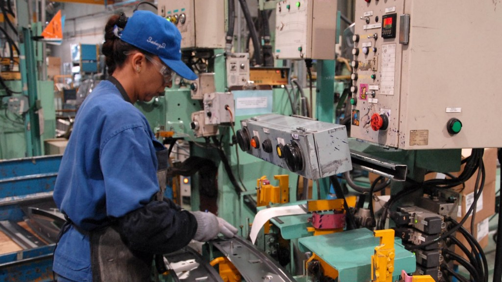 Tasa de desempleo anual en México aumenta al 3.4% en noviembre - Trabajadores Persona trabajando. Foto de Notimex