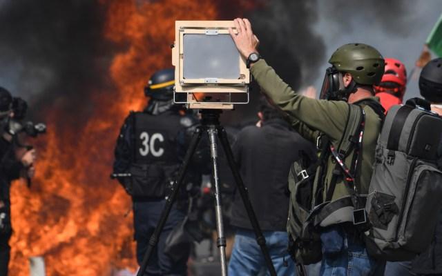 Chocan manifestantes y autoridades en París - manifestantes choques policías parís