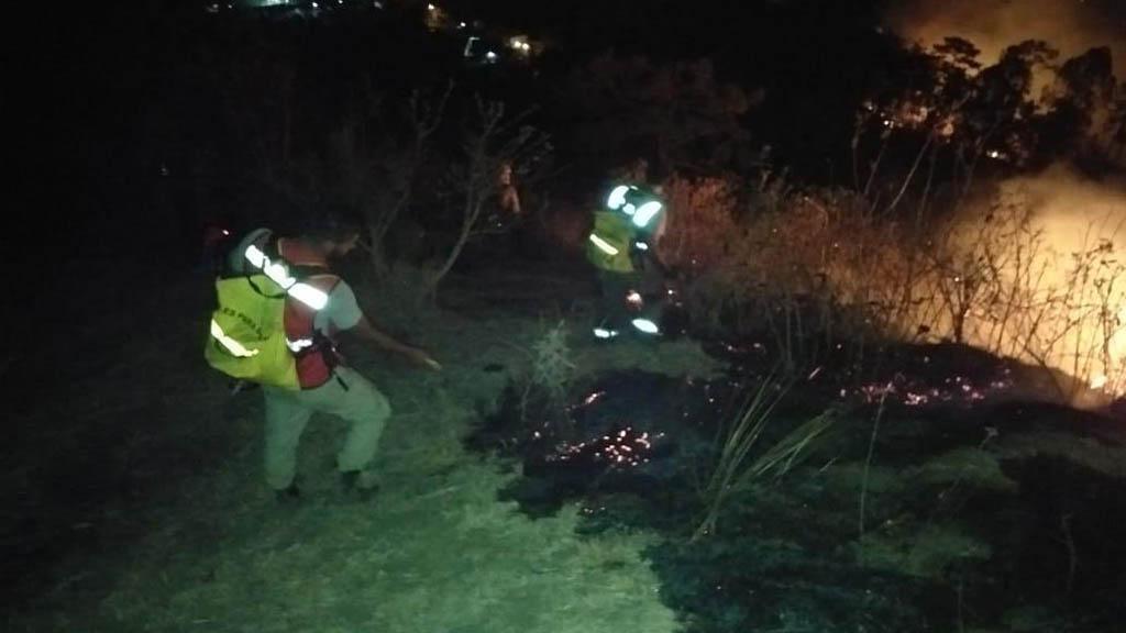 Extinción de las llamas en el cerro de Jicalán. Foto de @SdeGobMich