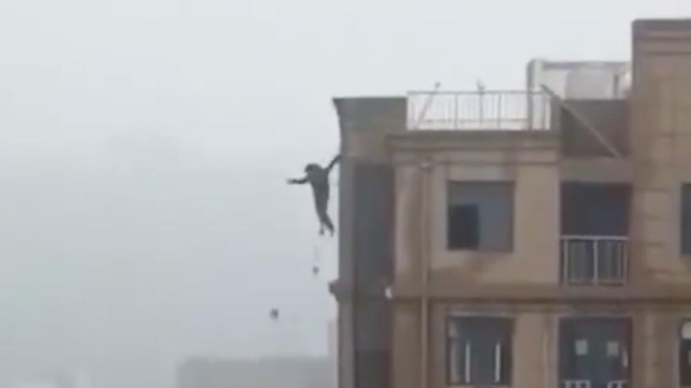#Video Hombre cae de edificio por presuntamente intentar tomarse selfie - Foto de @MumbaiPolice