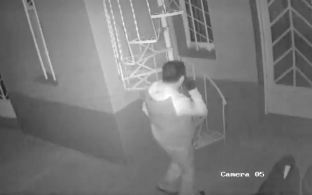 #Video Hombre intenta entrar a la casa de Lynn Fainchtein - video
