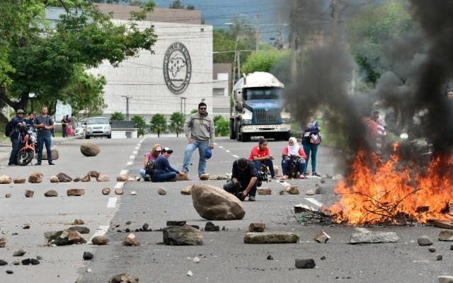 Maestros y médicos hondureños retoman protestas pese a represión policial - Foto de AFP