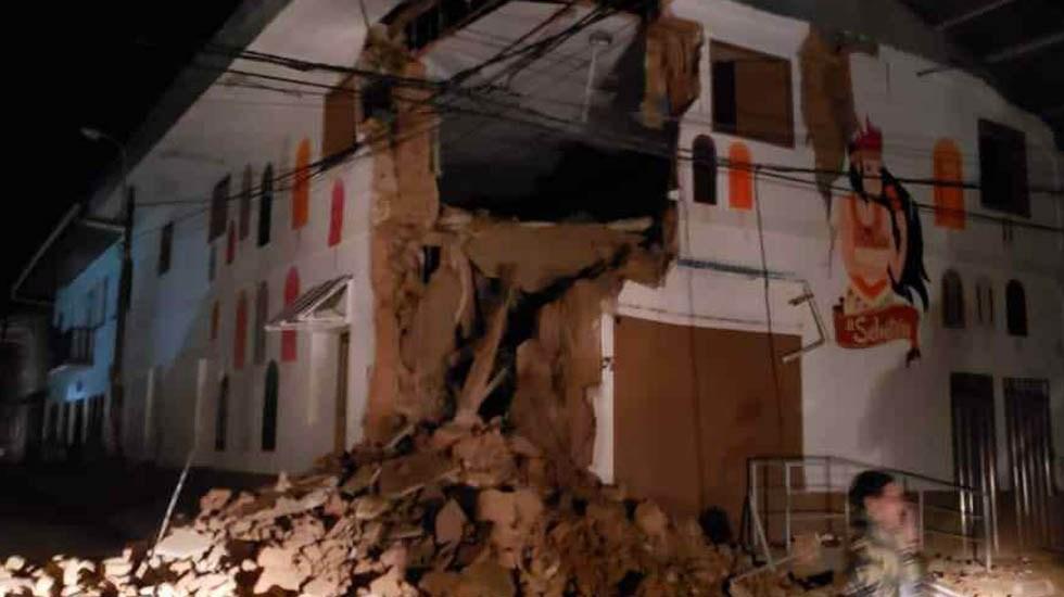 Fuerte temblor sacude a Perú y onda expansiva llega a Ecuador - Inmueble parcialmente derrumbado por temblor en Perú. Foto de @MininterPeru
