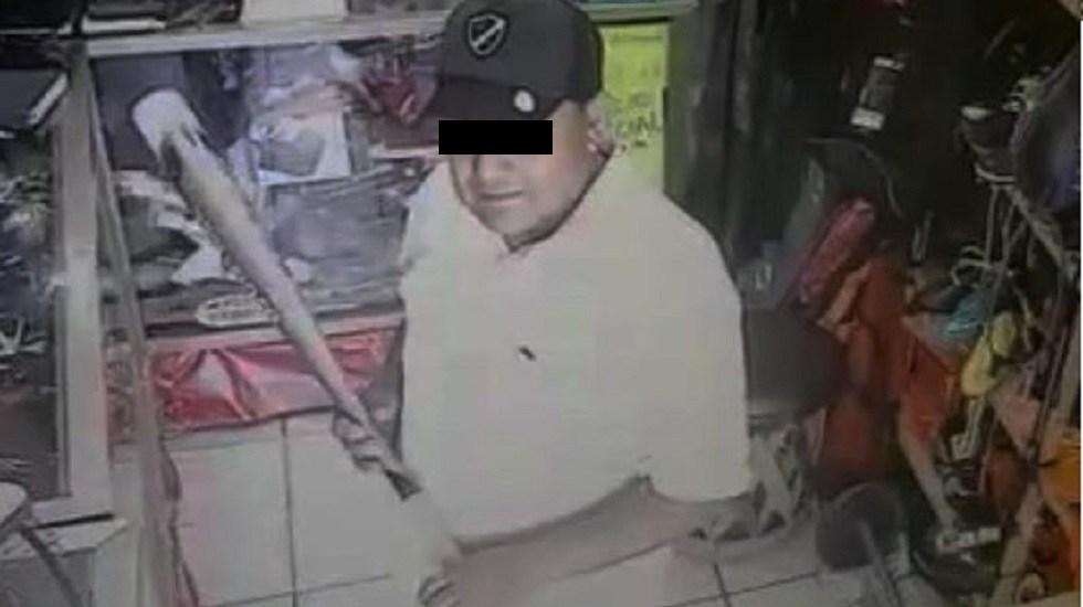 #Video Sujeto da batazo a mujer para robar en negocio - José Martín, alias 'El cuachado'. Captura de pantalla