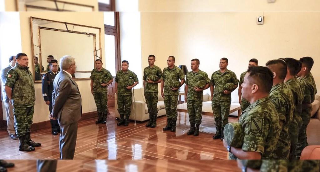López Obrador recibe a militares 'vejados' en La Huacana - El presidente López Obrador felicitó a los militares agredidos en La Huacana por mantener el temple y evitar una confrontación. Foto de @Luis_C_Sandoval