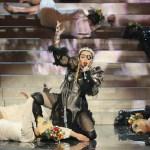 Critican a Madonna por banderas palestinas en show para Eurovisión - Madonna durante show en concurso de canto Eurovision. Foto de AFP / Orit Pnini