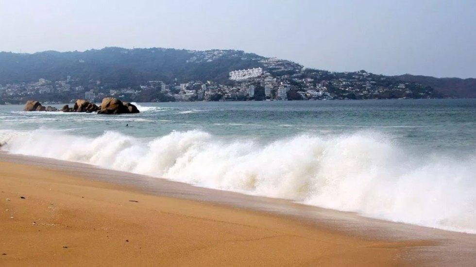 Restringen actividades en playas y muelles de Acapulco por mar de fondo - Fines de semana largos