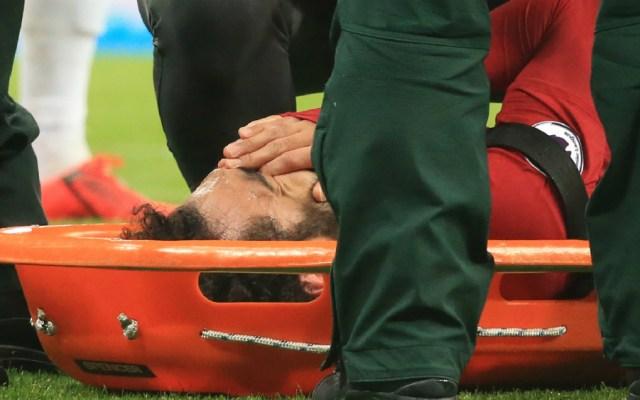 Salah sale del campo en camilla a tres días de recibir al Barça - Foto de AFP