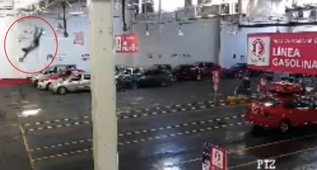 #Video Empleado cae del techo de verificentro - Momento en que empleado cae del techo. Captura de pantalla