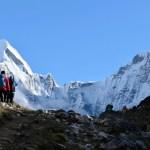 Dos montañistas mueren en el Monte Everest - Montañistas rumbo al Everest. Foto de Ben Lowe / Unsplash