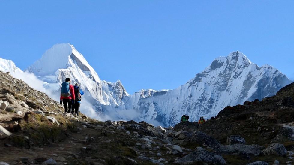 Muere otro alpinista en el Everest - Montañistas rumbo al Everest. Foto de Ben Lowe / Unsplash