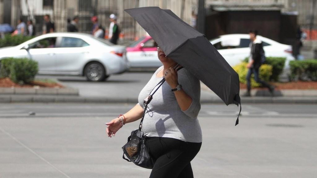 Alerta Amarilla por altas temperaturas en nueve alcaldías de la CDMX - Mujer cubriéndose del Sol en la CDMXMujer cubriéndose del Sol en la CDMX