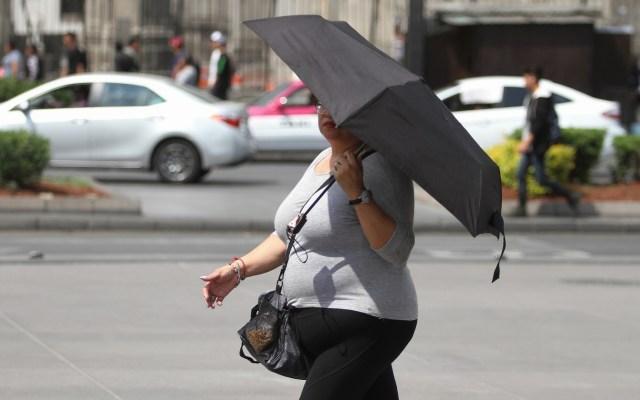 Nuevamente hay Alerta Amarilla en la CDMX por altas temperaturas - Mujer cubriéndose del Sol en la CDMX. Foto de Notimex