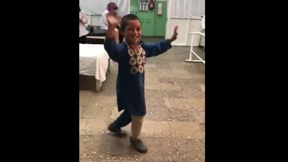 #Video Niño afgano festeja con baile recibir pierna prostética - Niño bailando tras recibir pierna prostética. Captura de pantalla