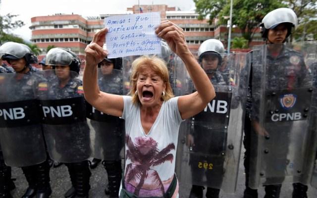 Opositores piden a militares cesar apoyo a Maduro - opositores soldados militares venezuela