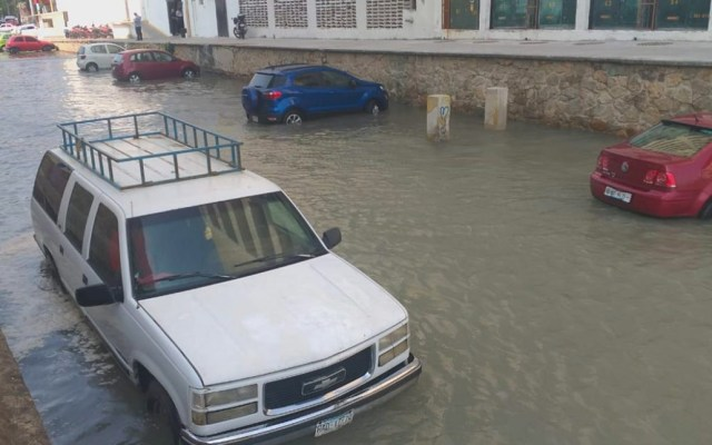 Mar de fondo inunda calle en Acapulco - Acapulco