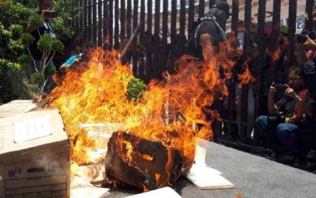 #Video Maestros del CETEG vandalizan congreso de Guerrero - Quema de documentos en Congreso de Chilpancingo por la CETEG. Foto de Quadratín