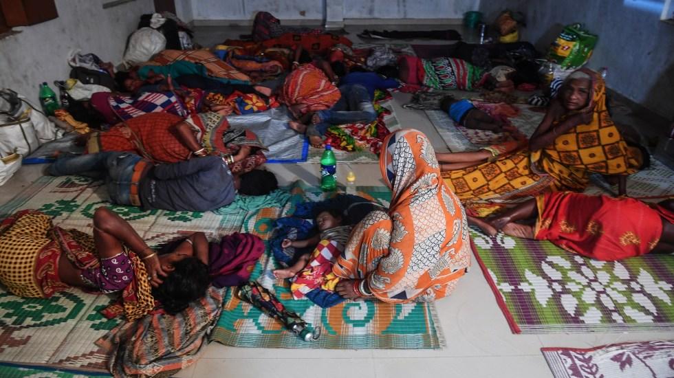 Elevan a más de un millón los evacuados por ciclón Fani en India - Personas evacuadas por ciclón Fani en India. Foto de AFP / Dibyngshu Sarkar