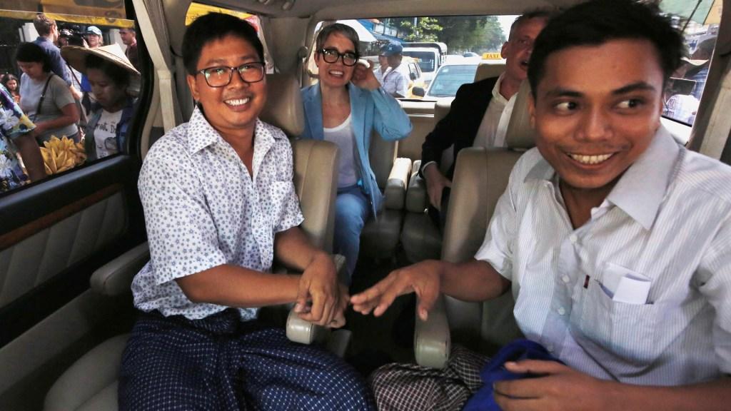 Birmania libera a periodistas de Reuters que investigaban crisis de los rohinyás - Los periodistas de Reuters Wa Lone (I) y Kyaw Soe Oo (D) en un automóvil luego de ser liberados de la cárcel de Insein en una amnistía presidencial en Yangon el 7 de mayo de 2019. Foto de Ann Wang/POOL/AFP