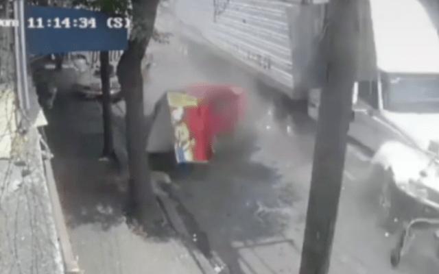 #Video El momento en que tráiler embiste a autos en Santa Fe - Captura de pantalla