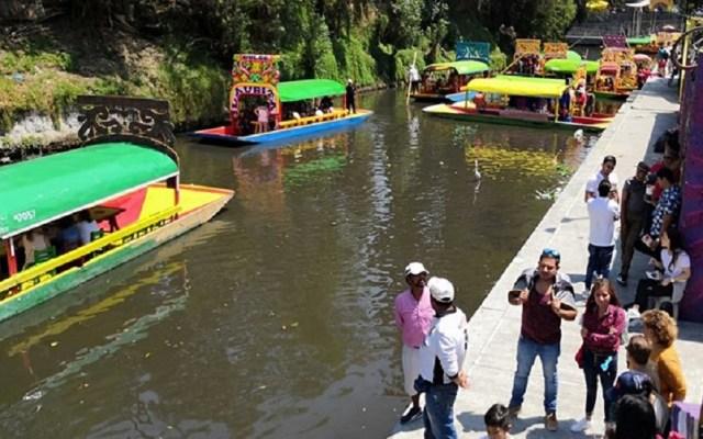 Buscan regular consumo de alcohol en trajineras de Xochimilco - Trajineras de Xochimilco. Foto de @XochimilcoAlcaldiaOficial