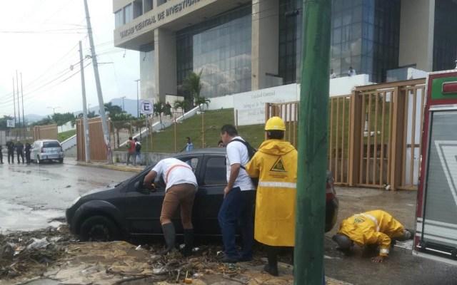 Corriente de agua arrastra a vehículos en Tuxtla Gutiérrez - Foto de @pcivilchiapas