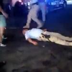 #Video Golpean a agentes de la Policía Turística en Acapulco - Uno de los elementos de la Policía Turística quedó inconsciente en el piso. Captura de pantalla
