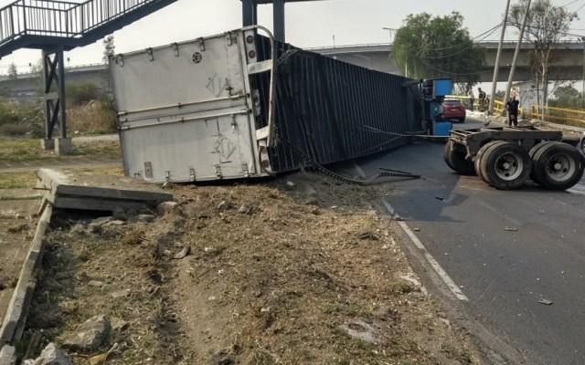 Vuelca tráiler cargado de cartón en Río de los Remedios - volcadura de trailer