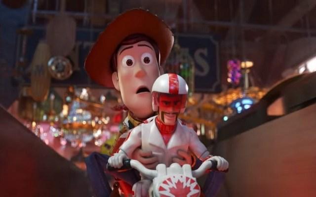 ¡Llegó el tráiler final de Toy Story 4! - Woody con Duke Caboom. Captura de pantalla