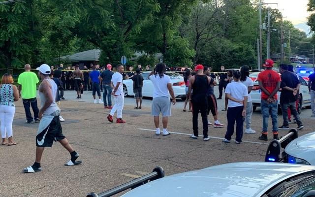 Asesinato de joven en manos de policías desata disturbios en Memphis - Aglomeración en calles de Memphis tras asesinato de joven. Foto de @MemphoNewsLady