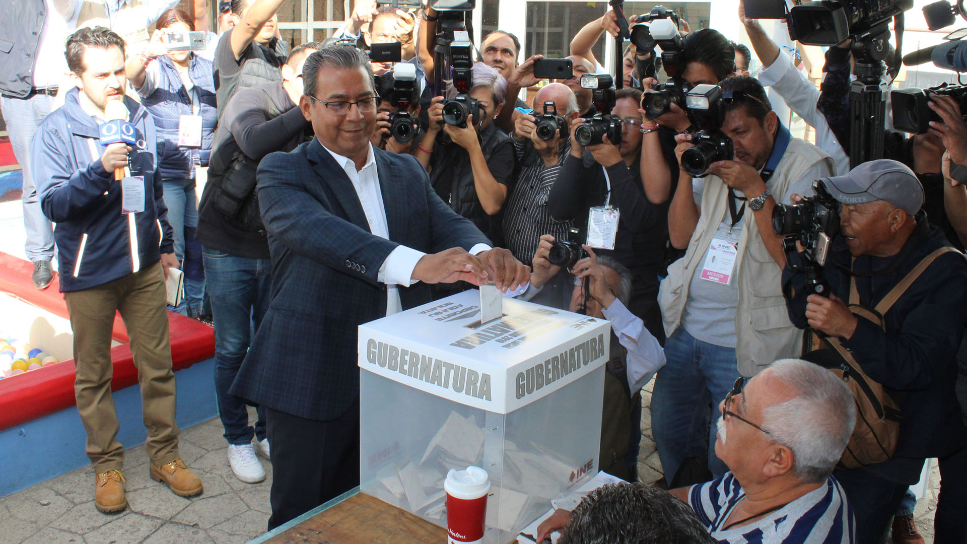 Alberto Jiménez emitiendo su voto. Foto de Notimex