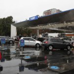 Apagón masivo afecta a Argentina y Uruguay - Cars wait in line at a gas station in Buenos Aires on June 16, 2019 during a power cut. - A massive outage blacked out Argentina and Uruguay Sunday, leaving both South American countries without electricity, power companies said. (Photo by ALEJANDRO PAGNI / AFP)