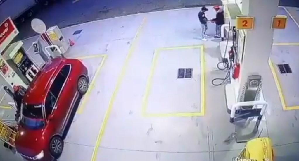 #Video Ladrón asesina por la espalda a empleado de gasolinera - Asalto en gasolinera Shell y asesinato de empleado. Captura de pantalla