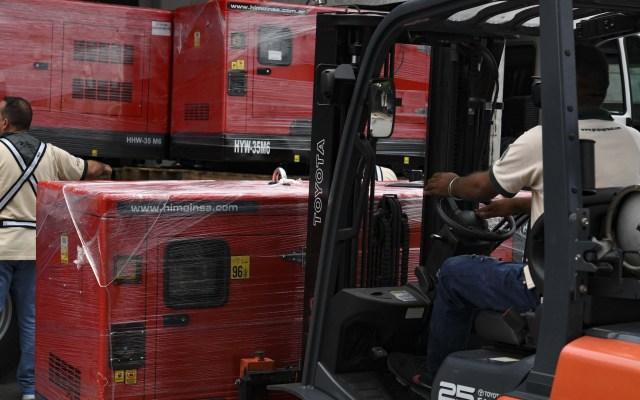 Venezuela recibe segundo lote de ayuda humanitaria de la Cruz Roja - Un trabajador descarga generadores recibidos como parte de la ayuda humanitaria a través de la Cruz Roja Venezolana en Caracas, Venezuela. Foto de Yuri Cortez/AFP