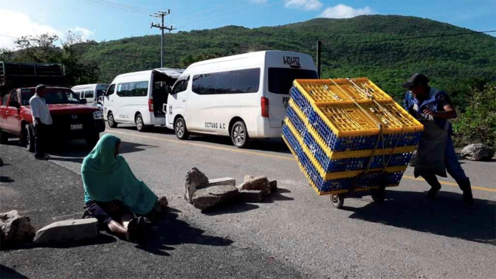 Pobladores bloquean la carretera Chilpancingo-Tlapa. Noticias en tiempo real