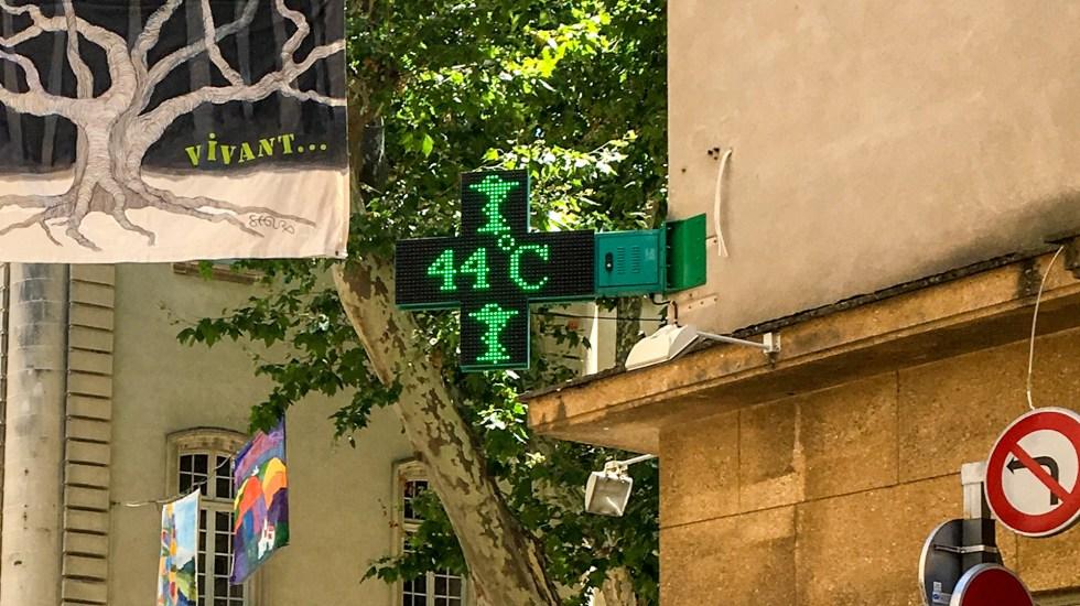 Récord de calor en Francia: alcanza 44.3 grados - Pantalla de Farmacia marca 44 grados Celsius in Carpentras, al sureste de Francia. Foto de Patrick VALASSERIS / AFP.