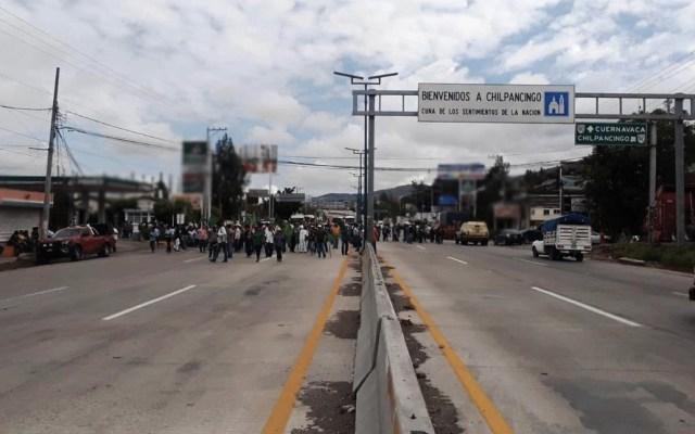 Bloquean Autopista del Sol exigiendo entrega de fertilizantes en Chilpancingo - Foto de @PF_Carreteras