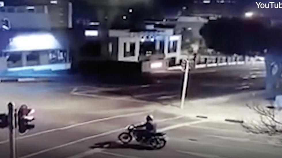 #Video Conductor atropella a motociclista en Sudáfrica - Captura de pantalla
