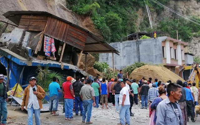 Derrumbe por lluvias mata a tres niñas en Guatemala - Derrumbe sobre vivienda de Huehuetenango, Guatemala. Foto de @ConredGuatemala