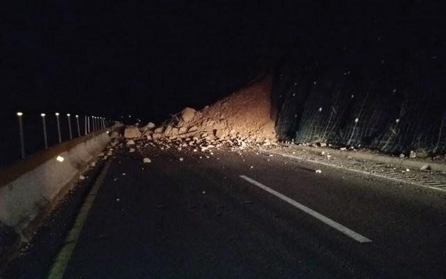 Derrumbe provoca reducción de carriles en Autopista del Sol - Foto de Acapulco Digital Noticias