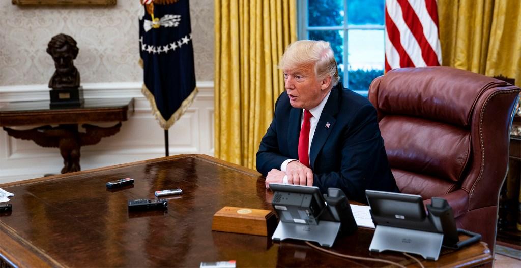 #Video Trump saca a su jefe de gabinete de la Oficina Oval por toser - donald trump jefe de gabinete tos