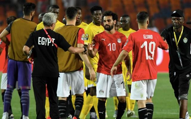 Egipto abre la Copa de África con un triunfo ante Zimbabue - El delantero de Egipto Mohamed Salah (3ra. derecha) le da la mano a un miembro del STAFF luego de ganar el partido de fútbol de la Copa de África 2019 (CAN) entre Egipto y Zimbabwe. Foto de Khaled Desouki/AFP